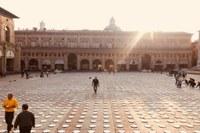 Nel nome dell'Africa, in Piazza Maggiore a Bologna 10.000 piatti bianchi