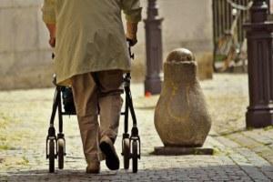 Assistenza, centri diurni, assegni di cura: più fondi per la non autosufficienza